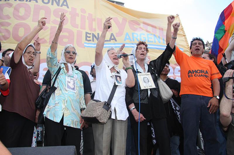 Las Madres de Plaza de Mayo (línea Fundadora) cerraron el acto.